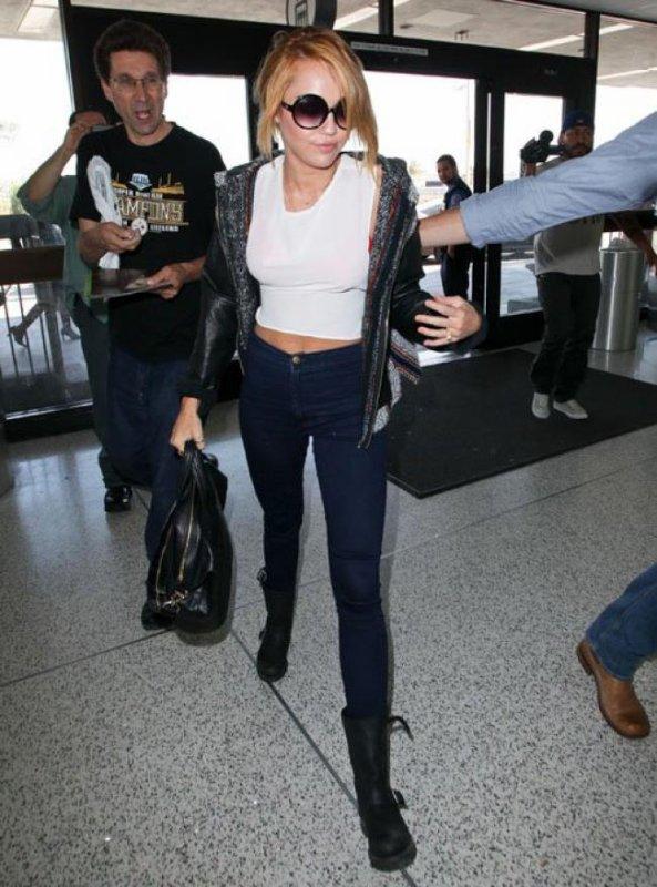 Miley Cyrus à l'aéroport avec sa bague de fiançailles