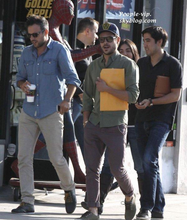 Zac Efron quitte une réunion d'affaires tanant un script à la main, à Los Angeles.       Jeudi, 14 juin