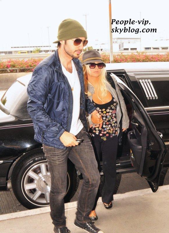 Christina Aguilera tient la main de son petit ami Matthew Rutler à l'aéroport LAX, à Los Angeles.    Jeudi, 14 juin