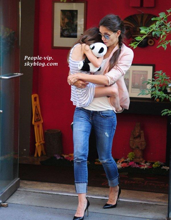 Katie Holmes et sa fille Suri à Jacques Torres Chocolate, à New York.   Jeudi, 14 juin