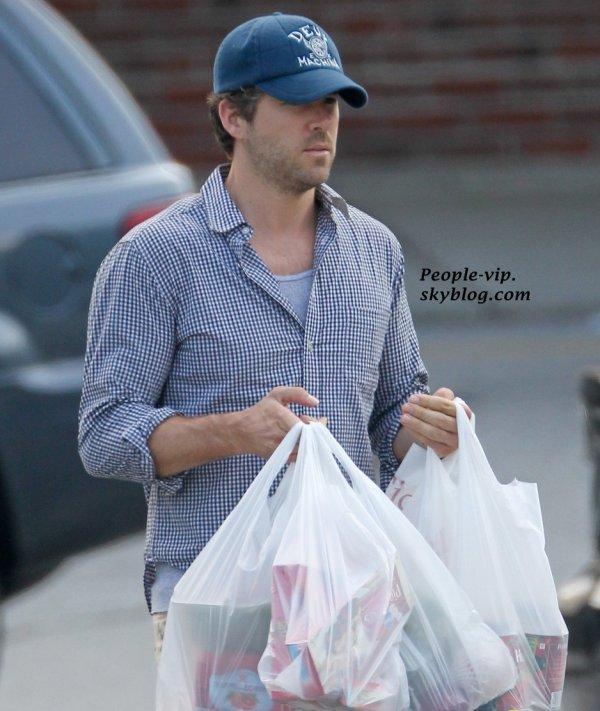 Blake Lively et Ryan Reynoldse ont fait les cources en couple chez une épicerie à New York.  Mardi, 12 juin
