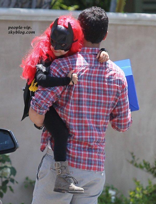 """Jessica Alba dans un look décontracté en sortant du magasin de meubles """"Patio Furniture"""" à Westwood, en Californie. Samedi, 16 juin"""