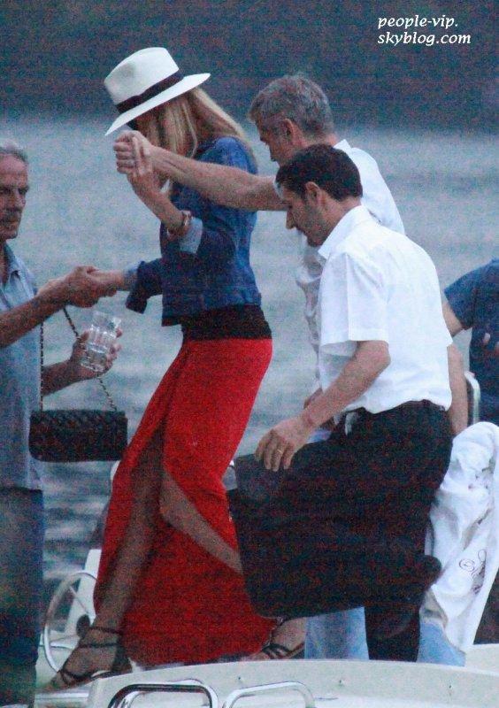 George Clooney tiend la main de sa chérie Stacy Keibler dans les rues Lake Como, en Italie. Mardi, 19 juin