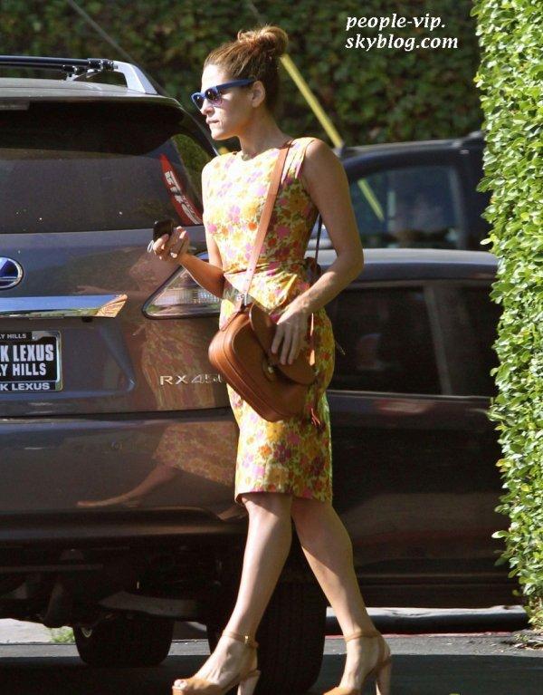 Eva Mendes est allé chez le fleuriste dans une belles robe estivale, à Los Feliz, en Californie. Mardi, 19 juin