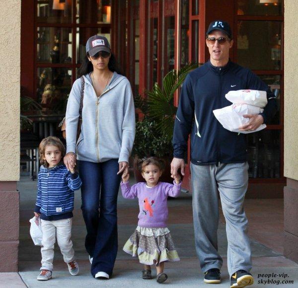 Matthew McConaughey et sa femme Camila Alves sont sortis déjeuner en famille avec leurs deux enfants Levi et Vida à Calabasas, en Californie.  Lundi, 18 juin
