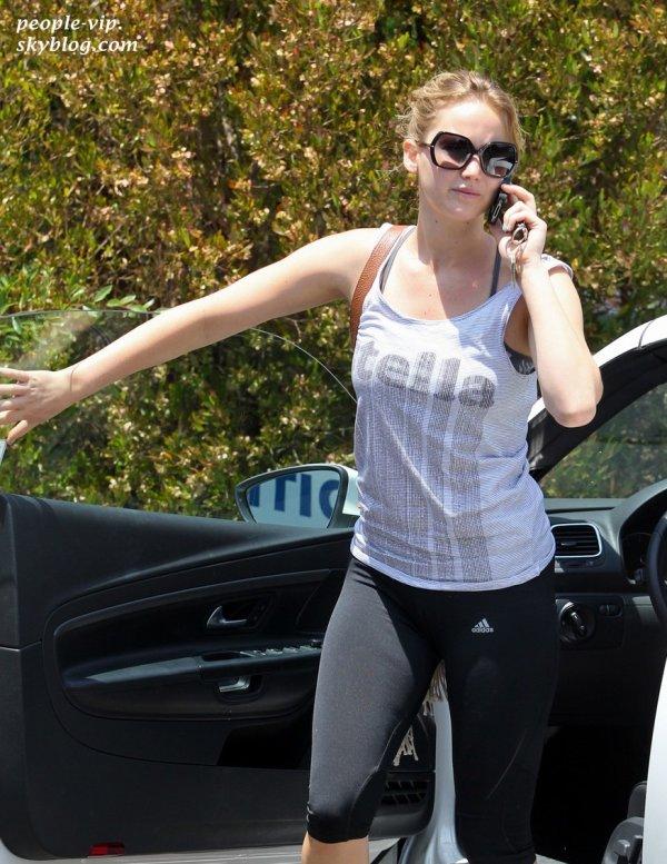 Jennifer Lawrence arrive à la gym avec une amie à Los Angeles. Jeudi, 21 juin