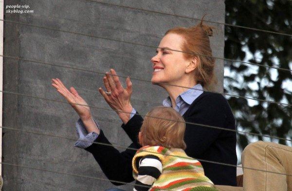 Nicole Kidman, heureuse; entourée des ses deux enfants au balcon d'une villa à Sydney, en Australie. Jeudi, 21 juin