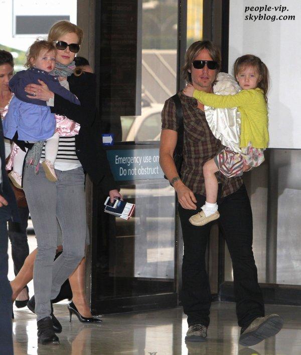 Nicole Kidman et son mari Keith Urban à l'aéroport de Sydney, portant leurs deux filles Sunday et Faith. Jeudi, 21 juin