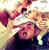 Miley Cyrus a posté une magnifique photo d'elle, son fiancé Liam Hemsworth et leur chien Ziggi sur son twitter