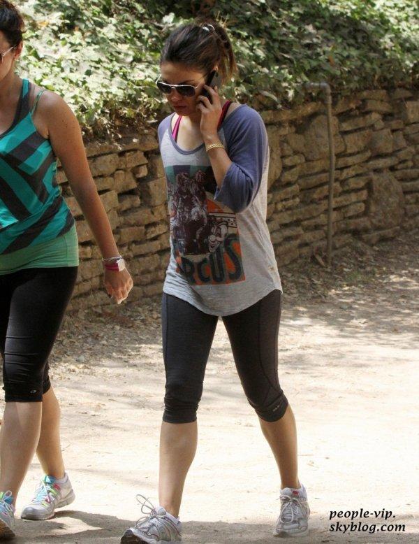 Mila Kunis au téléphone en faisant de la marche avec une amie au parc de Los Angeles. Vendredi, 22 juin