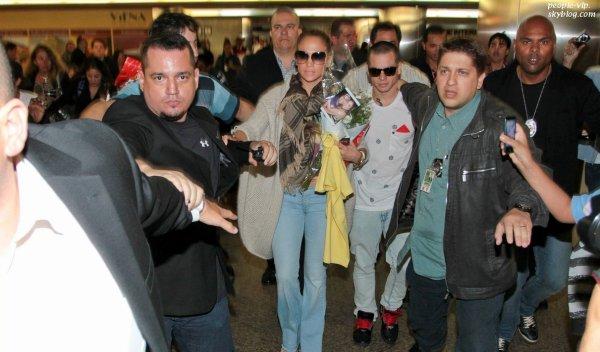 Un accueil très chaleureux pour Jennifer Lopez et son petit ami Casper Smart à leur arrivée à l'aéroport de  Rio de Janiero, au Brésil. Vendredi, 22 juin