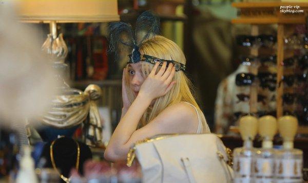 Dakota Fanning est sortie faire du shopping à Burbank, en Californie. Vendredi, 22 juin