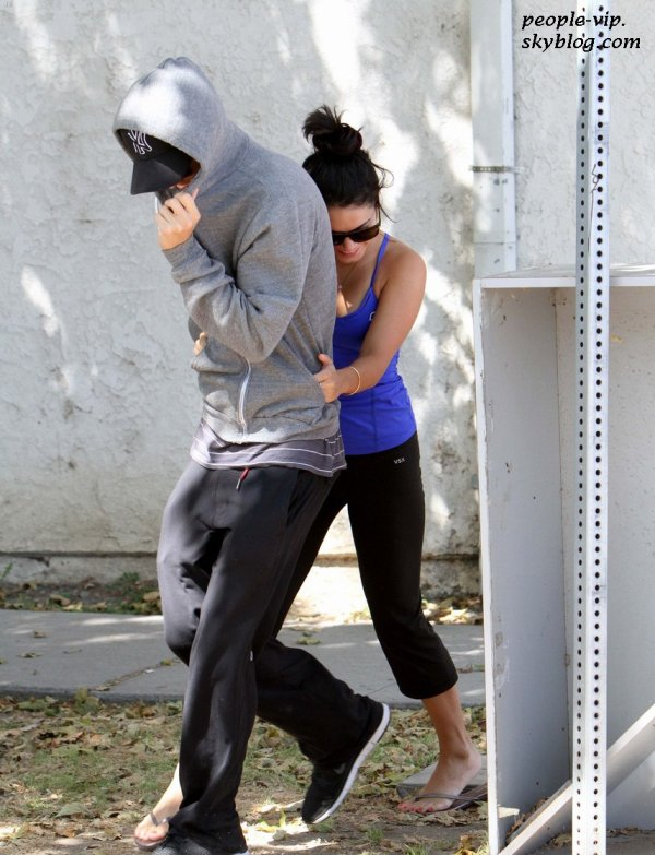 Vanessa Hudgens se cache derrière son petit copain Austin Butler en rentrant de la gym à Studio City, en Californie. Samedi, 23 juin