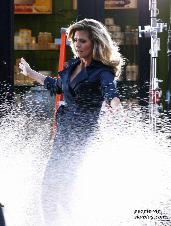Heidi Klum je fai aspergée par une voiture sur le tournage d'une publicité pour Schwarzkopf à New York. Samedi, 23 juin