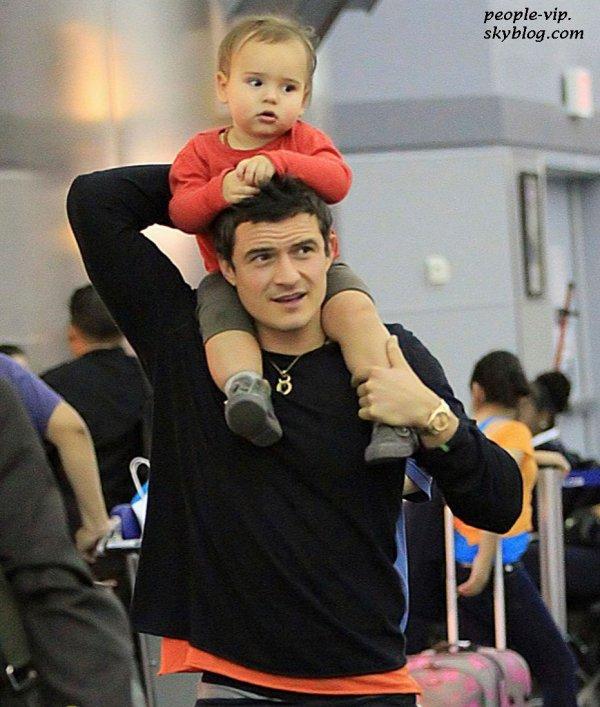 Orlondo Bloom porte son adorable fils Flynn sur ses épaules à l'aéroport LAX de Los Angeles. Vendredi, 22 juin