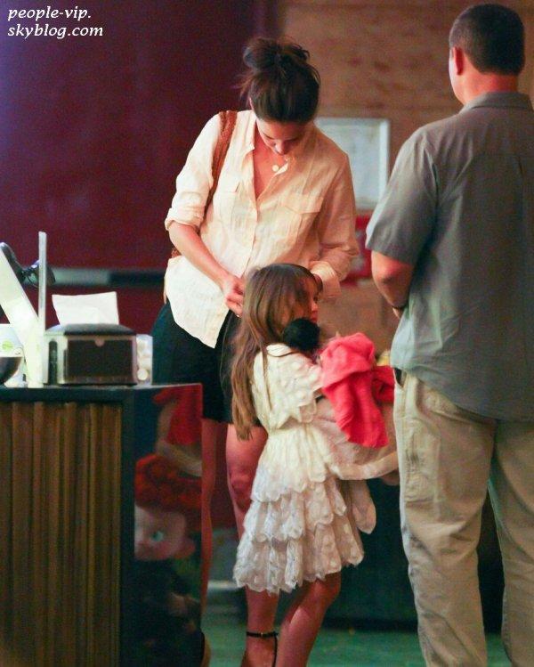 """Katie Holmes est allé regardé le nouveau film d'animation Disney """"Brave"""" avec sa fille Suri à New York. Samedi, 23 juin"""
