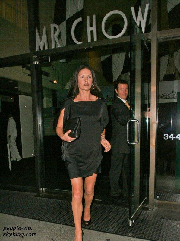 Un dîner en tête à tête Catherine Zeta-Jones et Michael Douglas au Mr. Chow restaurant à Beverly Hills, en Californie. Vendredi, 22 juin