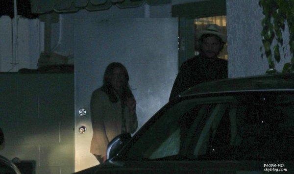 Mila Kunis et Ashton Kutcher ont dîner ensemble au restaurent Giorgio Baldi à Santa Monica; en Californie. Samedi, 23 juin