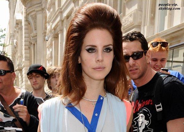 Lana Del Rey quittant son hôtel à Londres, en Angleterre. Dimanche, 24 juin
