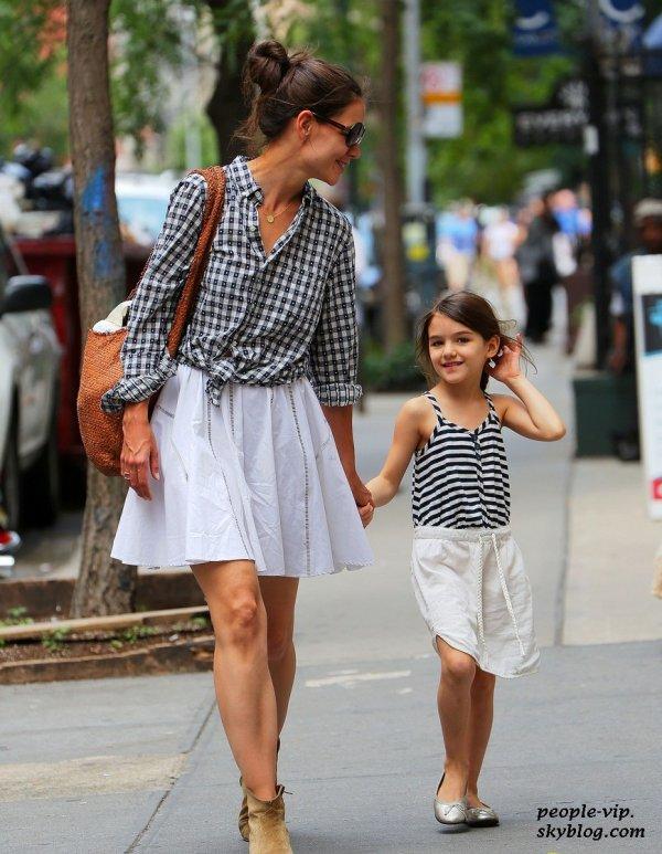 Katie Holmes et sa fille Suri, habillées pareil en rentrant à leur appartement à New York City. Dimanche, 24 juin