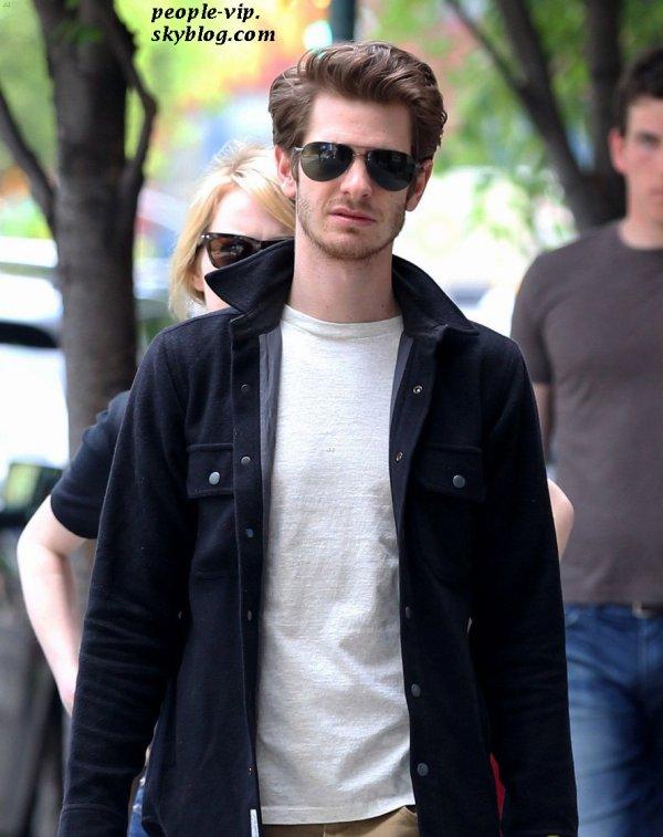 Emma Stone et sa co-star et petit ami Andrew Garfield dans les rues de New York. Dimanche, 24 juin
