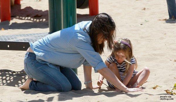 Jennifer Garner s'amuse dans un parc avec sa fille Seraphina à Pacific Palisades,en Califorie. Samedi, 23 juin