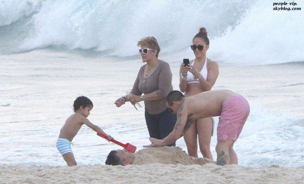 Jennifer Lopez, son beau Casper Smart et ses deux jumeaux Max et Emme s'amusent sur la plage à Rio De Janeiro, au Brésil.  Lundi, 25 juin