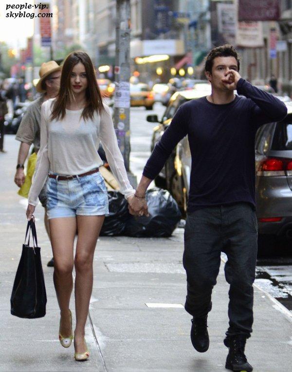 Miranda Kerr et son mari Orlondo Bloom se promènent main dans la main dans les rues de New York. Lundi, 25 juin