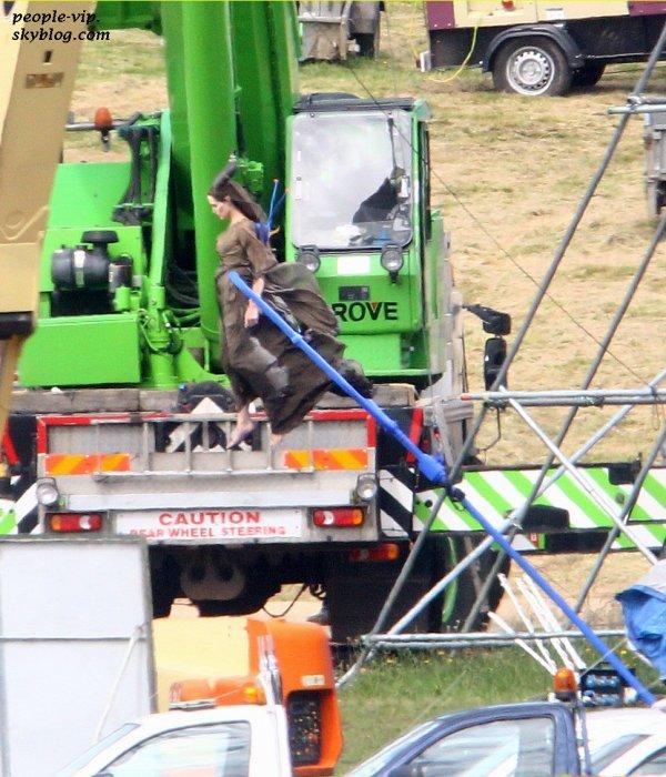 """Angelina Jolie sur le tournage de """"Melificent"""" à Buckinghamshire, en Angleterre. Mardi, 26 juin"""