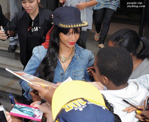 Rihanna quittant son hôtel de Londres dans une combinaison en jeans. Mardi, 26 juin