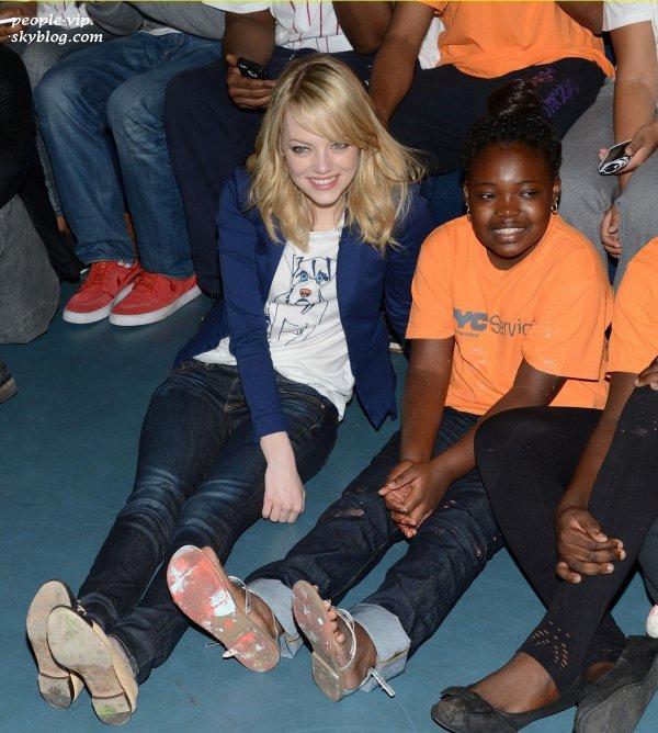 "Emma Stone et Andrew Garfield ont rendu visite au club pour enfants ""Be Amazing, Stand Up and Volunteer"" à Brooklyn, New York. Mardi, 26 juin"