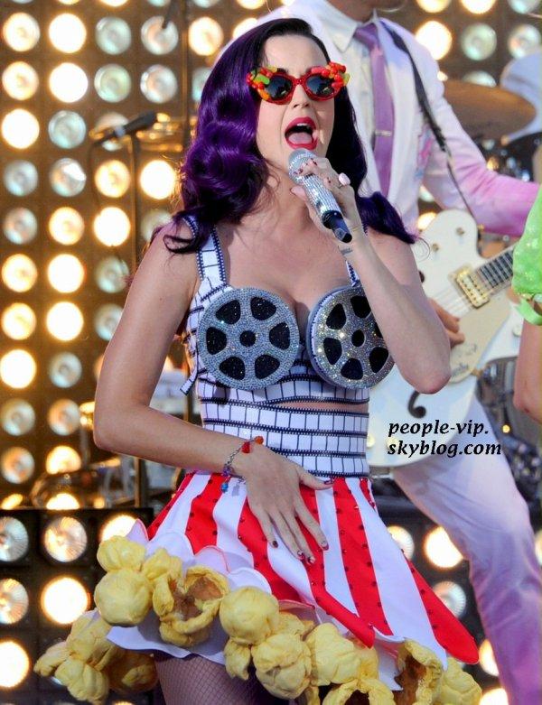 """Performance de Katy Perry à la permière de son film """" Katy Perry: Part of Me 3D"""" au théâtre Grauman's Chinese à Hollywood. Mardi, 26 juin"""