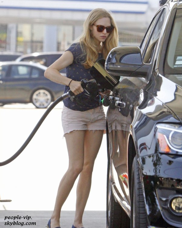 Amanda Seufried à une station service à West Hollywood, en Californie. Lundi, 25 juin