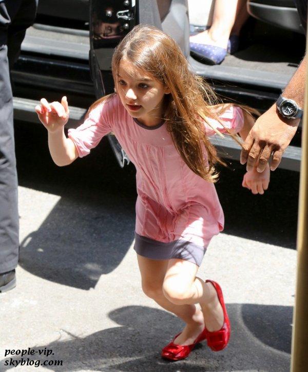 Katie Holmes et sa fille Suri rentrant à leur appartement à New York. Mardi, 26 juin