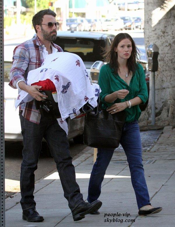 Ben Afflek et Jennifer Garner dans les rues de Los Angeles avec leur fils de 4 mois Samuel. Mercredi, 27 juin