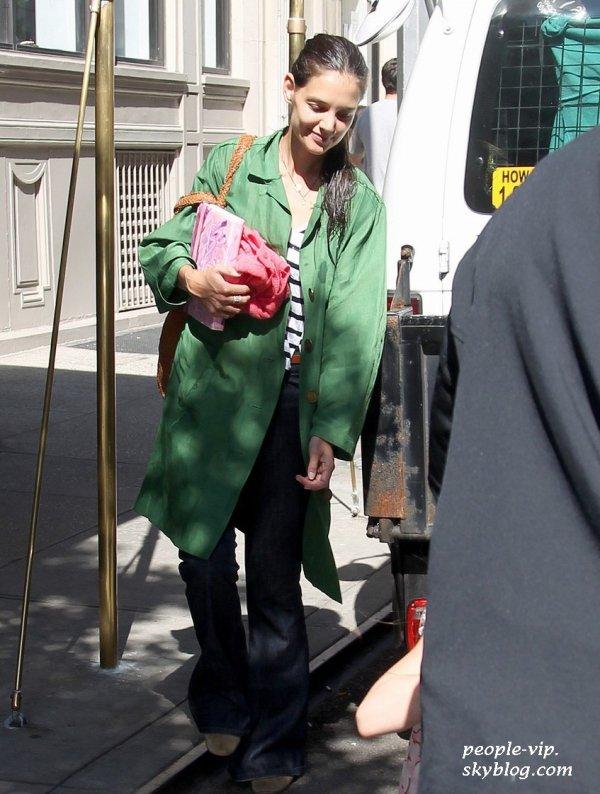 Katie Holmes sortant de son appartement de New York avec sa fille Suri. Jeudi, 28 juin