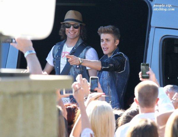 """Justin Bieber salue ses fans en sortant du plateau de l'émission """"The Tonight Show with Jay Leno"""" à Burbank, en Californie.  Mercredi, 27 juin"""