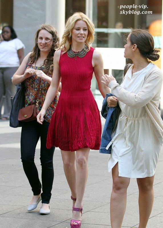 """Elizabeth Banks est magnifique en rouge en quittant le plateau de """"Fox and Friend"""" à New York. Jeudi, 28 juin"""