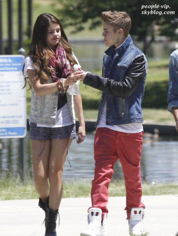 Balade romantique pour Justin Bieber et Selena Gomez à Van Nuys, en Californie. Samedi, 30 juin