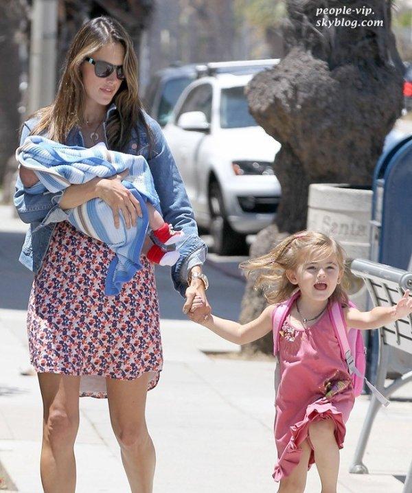 Alessandra Ambrosio est allé chercher sa fille Anja de l'école en portant son nouveau né Noah dans ses bras. Vendredi, 29 juin