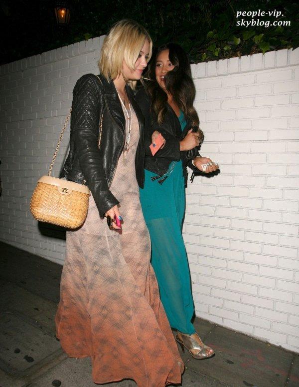 "Ashley Benson et sa co-star dans ""Pretty Little Liars"", Shay Mitchell dans les rues de Hollywood. Jeudi, 28 juin"