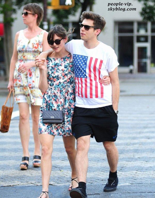 Keira Knightley et son fiancé James Righton se promènent en amoureux dans les rues de New York.  Dimanche, 01 juillet