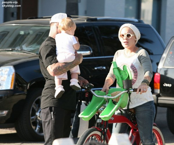 Pink en balade à vélo avec son mari Carey Hart et leur petite fille Willow à Venice, en Califonie. Dimanche, 01 juillet
