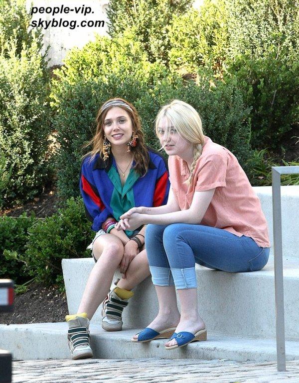 """Dakota Fanning et Elizabeth Olsen (la petite soeur des jumelles Olsen), sur le tournage de leur prochain film """"Very Good Girls"""", à New York. Lundi, 02 juillet"""