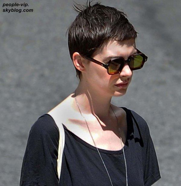 Anne Hathaway avec une main fracturée, sortant d'un hôpital à New York. Lundi, 02 juillet