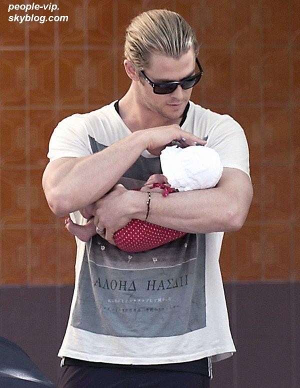 Chris Hemsworth en balade avec sa belle mère, tenant sa fille India dans les bras à Madrid, en Espagne. Lundi, 02 juillet