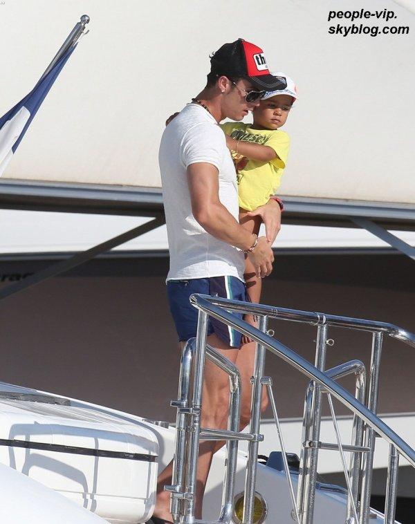 Cristiano Ronaldo prend du bon temps sur un yacht accompagné de son fils Cristiano Jr et de sa petite amie Irina Shayk, à Saint Tropez. Mardi, 03 juillet