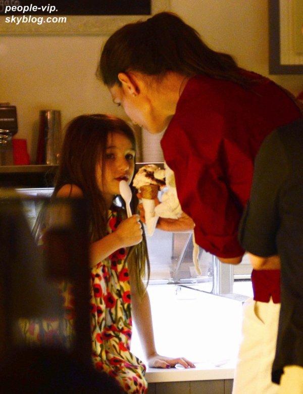 Katie Holmes et sa fille Suri rentrant chez elles après avoir pris une glace à New York. Mardi, 03 juillet