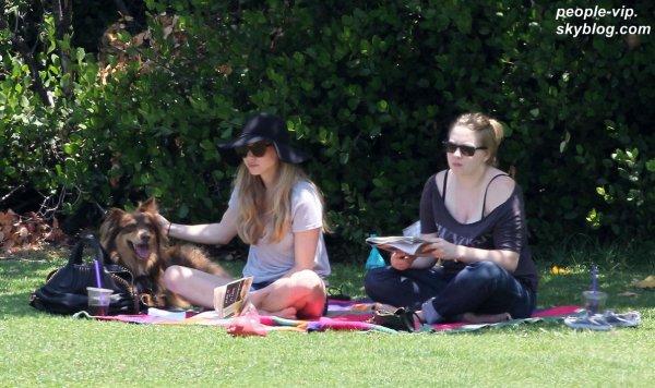 Amanda Seyfried profite du soleil dans un parc à Hollywood avec son chien Flynn et une amie. Lundi, 02 juillet