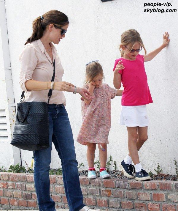 Jennifer Garner passe du bon temps en compagnie de ses filles Violet et Seraphina à Pacific Palisades, en Californie. Lundi, 02 juillet
